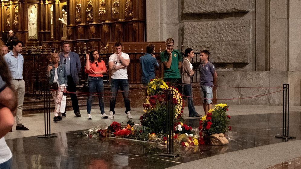 Foto: Algunos de los últimos visitantes de la tumba de Franco en el Valle de los Caídos. (EFE)