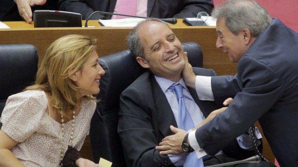 Foto: Francisco Camps y Alfonso Rus se saludan cariñosamente. (EFE)