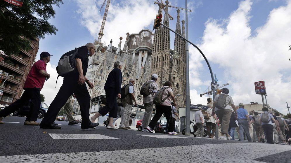 Foto: Un grupo de turistas llega a las inmediaciones de la Sagrada Familia de Barcelona. (EFE)
