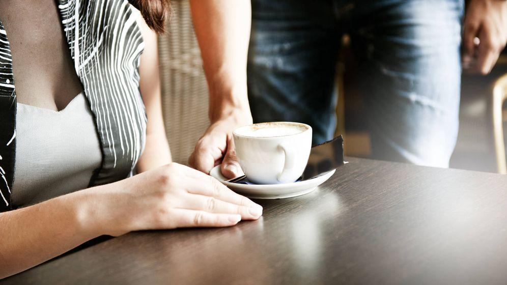 Foto: Un hombre sirve el café a una mujer. (iStock)