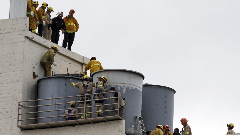 Los bomberos tratan de extraer el cadáver de Elisa Lam del depósito de agua (Reuters)