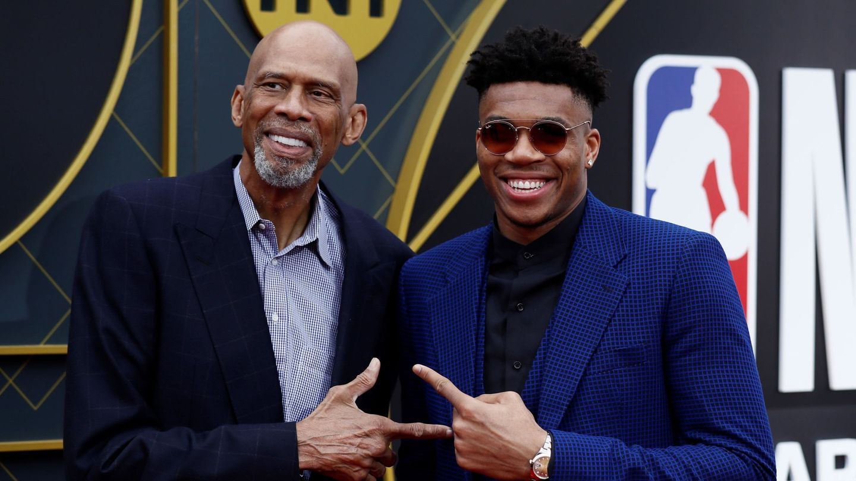 Kareem Abdul Jabbar y Giannis Antetokounmpo, en una imagen del 2019. (Reuters)
