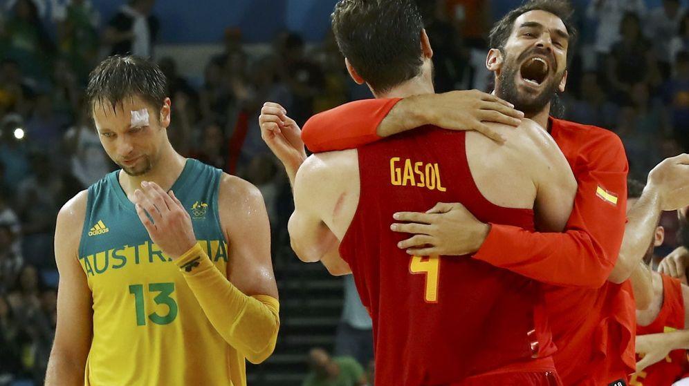 Foto: Gasol y Calderón se abrazan con la medalla (Reuters)