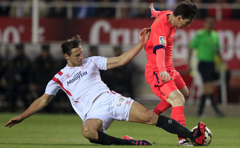 Foto: Krychowiak le quita el balón a Messi en la segunda parte del Sevilla-Barcelona (Reuters