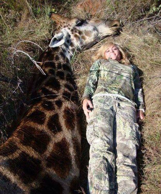 Foto: La cazadora Rebecca Francis junto a la jirafa cazada (Facebook/Ricky Gervais)