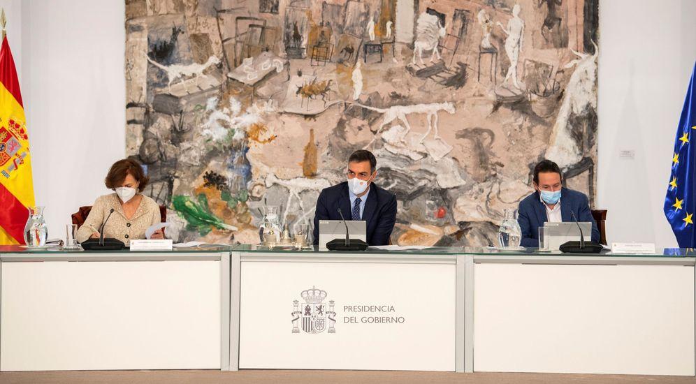Foto: El presidente del Gobierno, Pedro Sánchez, flanqueado por los vicepresidentes Carmen Calvo y Pablo Iglesias. (EFE)