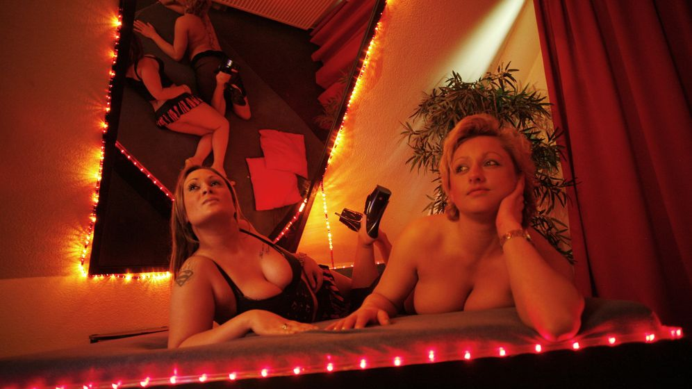 Foto: Mary y Jill posan en un burdel de Hamburgo. (REUTERS/Christian Charisius)