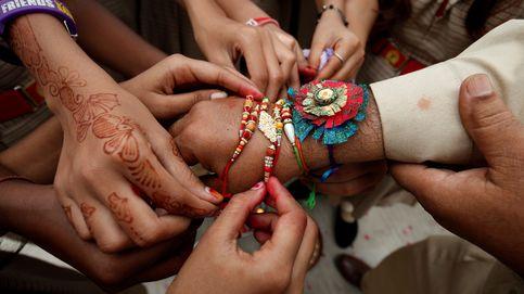 Cordeles en la muñeca como símbolo de unión en India