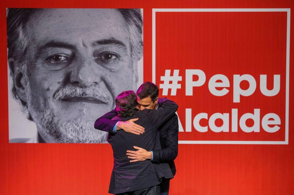 Foto: Pedro Sánchez abraza a Pepu Hernández en el acto de presentación de su precandidatura, en el teatro La Latina de Madrid. (EFE)