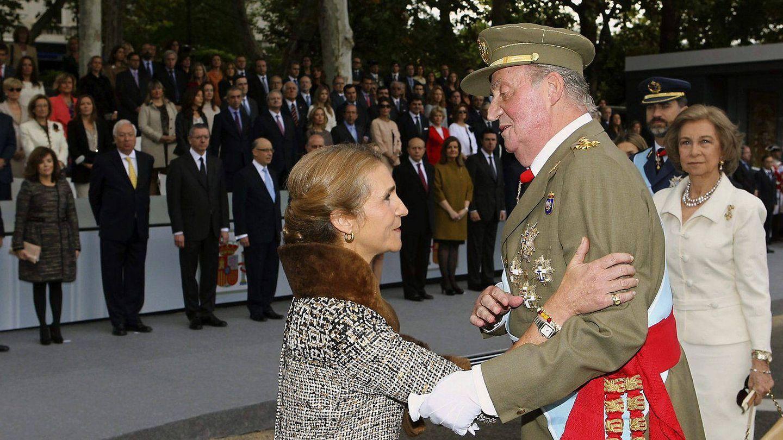 La infanta Elena saluda a su padre, el rey Juan Carlos I. (EFE)