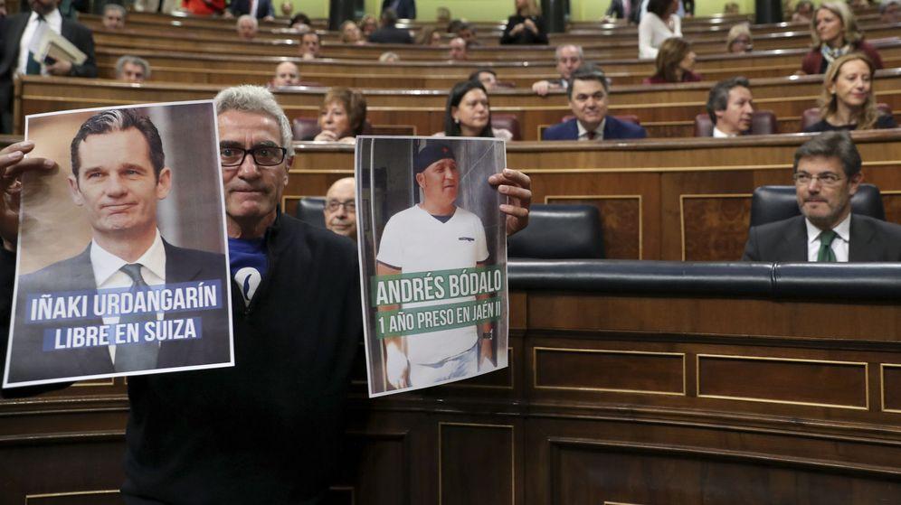 Foto: El diputado de Unidos Podemos Diego Cañamero muestra retratos de Iñaki Urdangarin y del sindicalista preso Andrés Bódalo ante el ministro de Justicia, Rafael Catalá. (EFE)