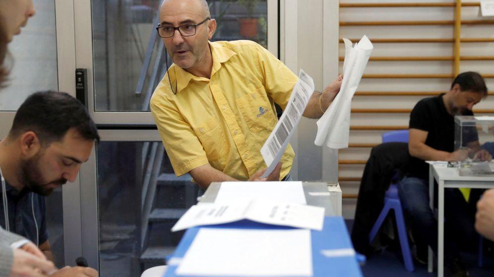 Foto: Funcionario de Correos entregando los votos emitidos por correo en un colegio electoral de Barcelona. (EFE)