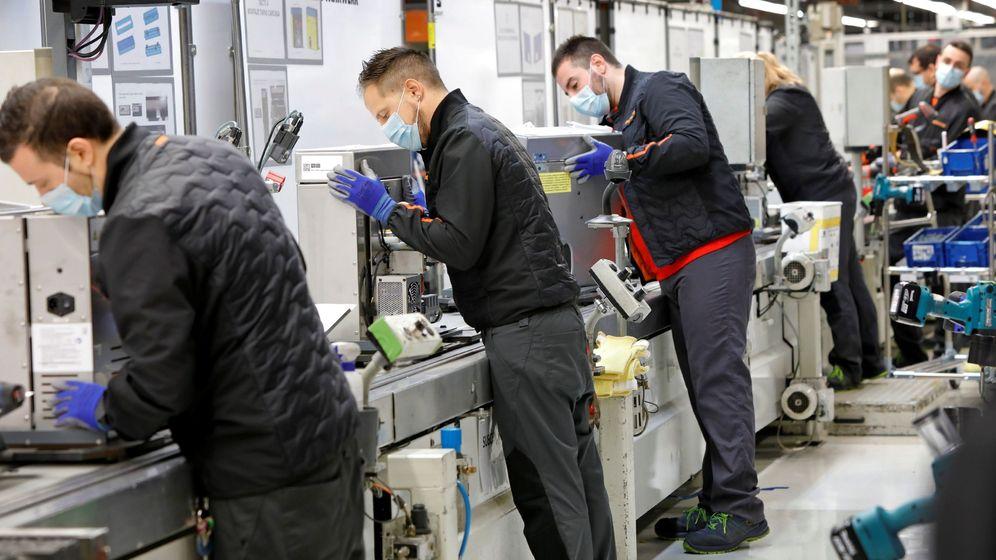 Foto: Operarios de Seat en Martorell fabrican respiradores. (EFE)