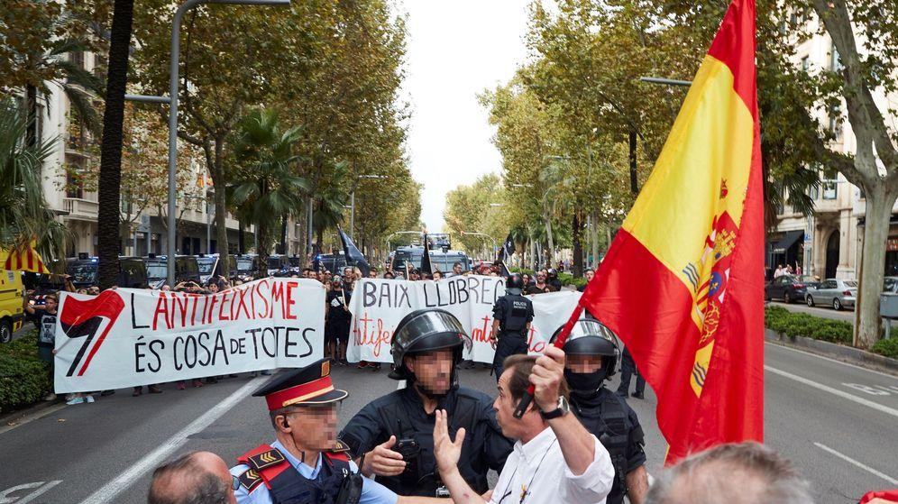 Foto: Un hombre con una bandera de España increpa a los manifestantes de la marcha antifascista de los CDR. (EFE)