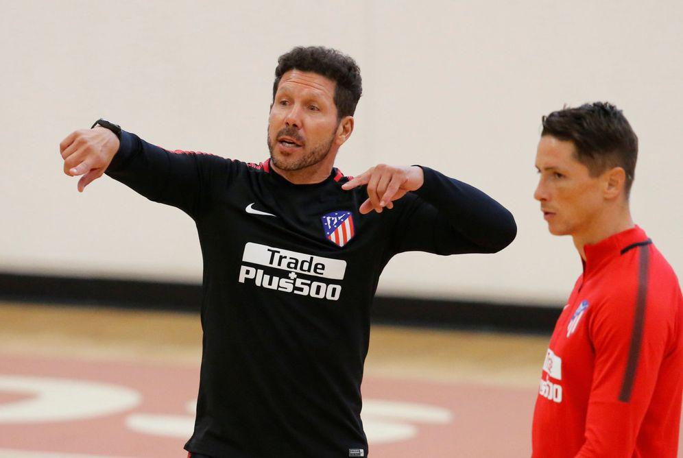 Foto: En la imagen, el Cholo Simeone junto a Fernando Torres. (Reuters)