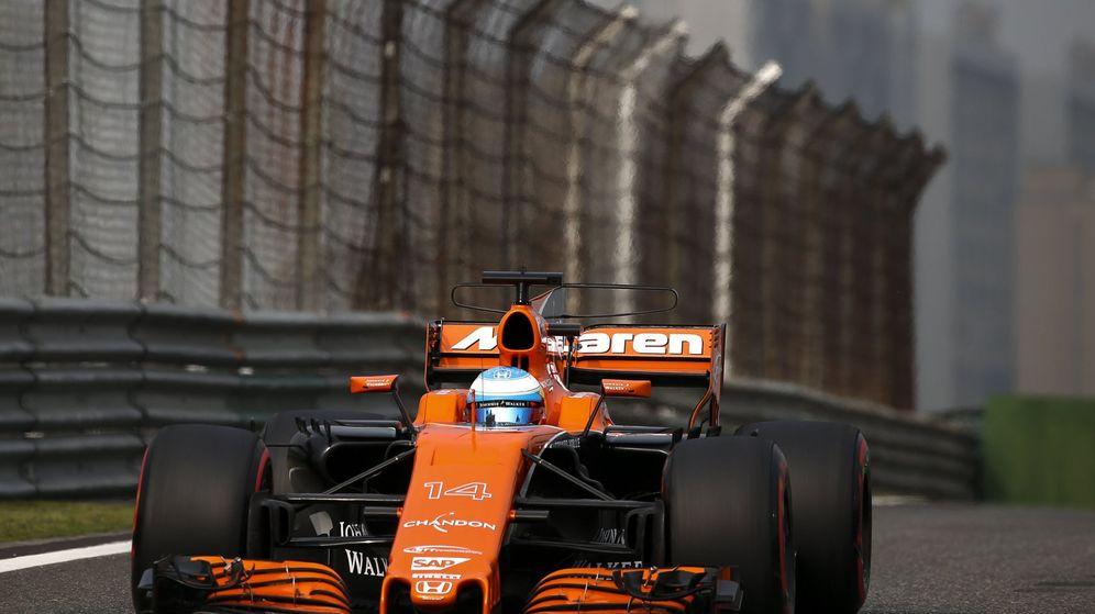 Foto: Fernando Alonso en su McLaren-Honda sobre la pista de China. (EFE)