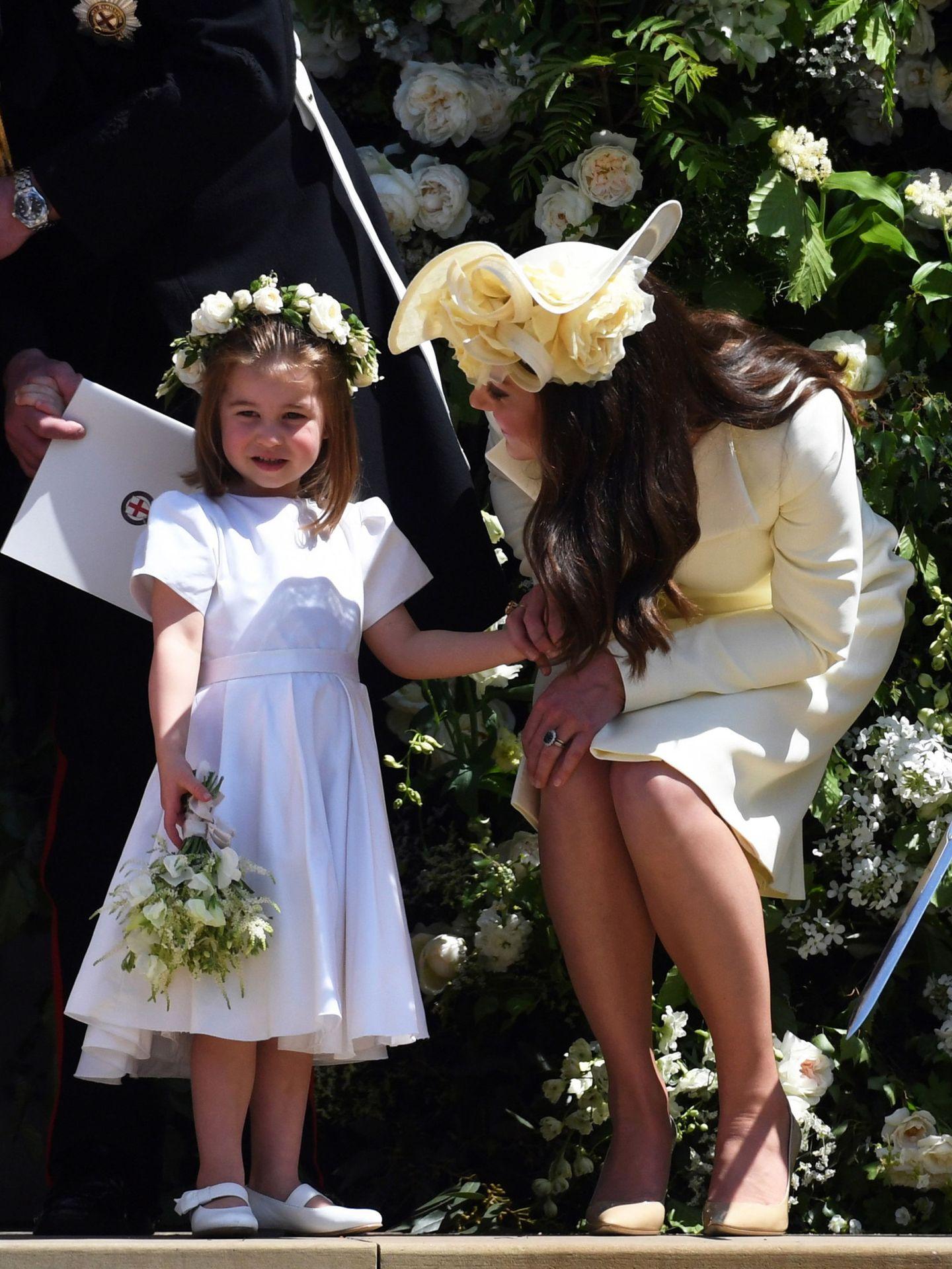 La princesa Charlotte (sin medias), junto a Kate Middleton el día de la boda de los Sussex. (EFE)