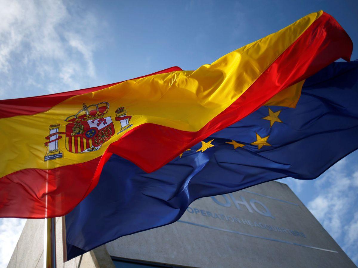 Foto: Bandera española y europea en la base de Rota. (EFE)