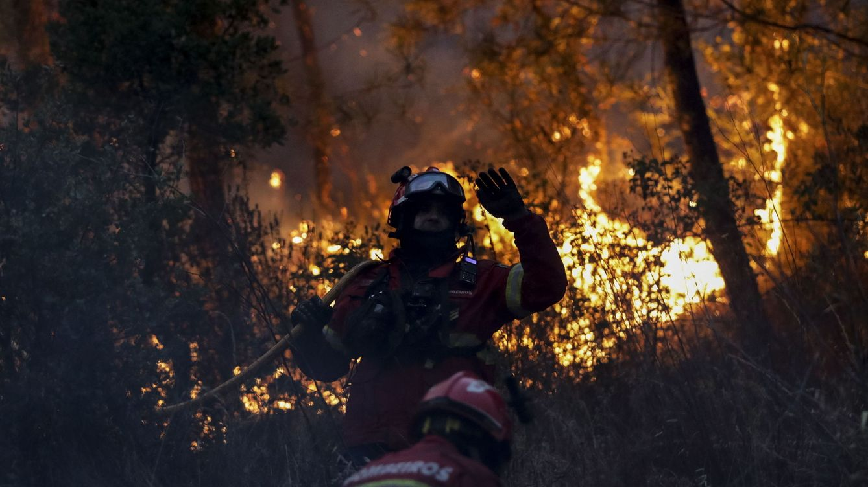 Foto: Bomberos tratan de extinguir el fuego cerca de Macao (Portugal). (Reuters)