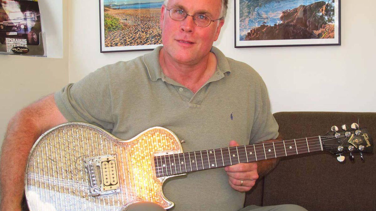 Foto: Robison en 2015 sujetando una de las guitarras restauradas que utilizó Kiss a finales de los 70. (Twitter)