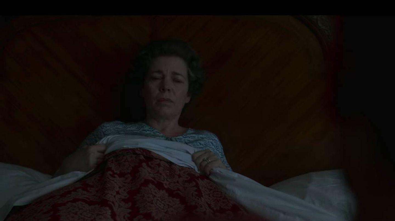 La reina Isabel (Olivia Colman), hablando con el intruso. (Netflix)