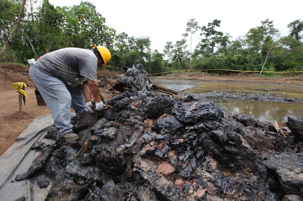 Foto: Trabajadores ecuatorianos limpian un pozo de desechos de petróleo en Shushufindi. (Reuters)