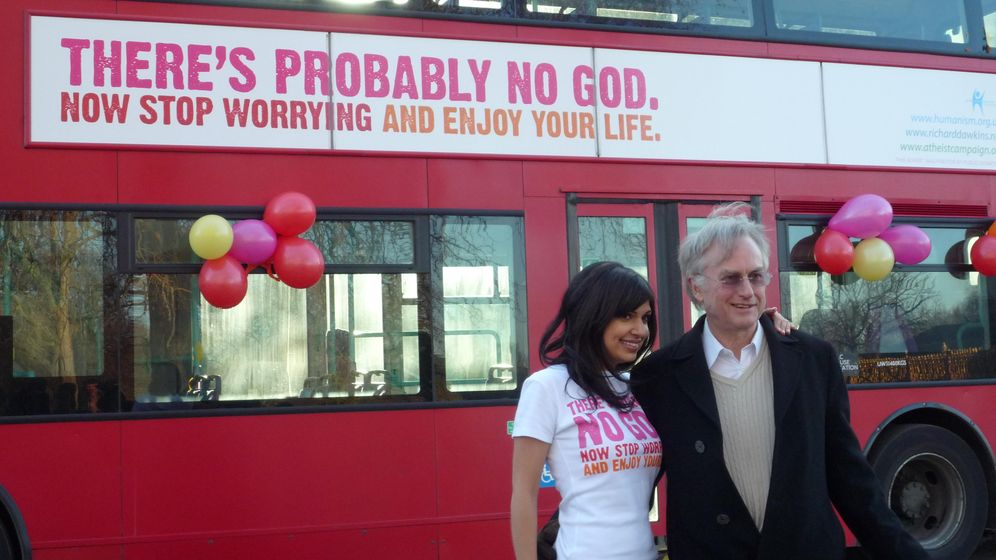 Foto: Richard Dawkins y su autobús ateo