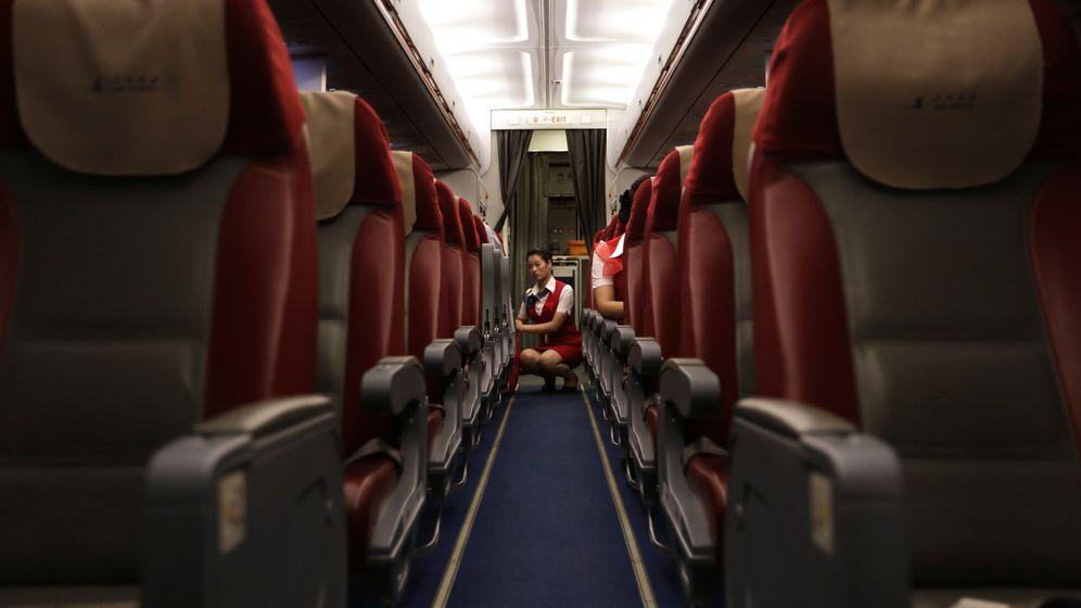 Foto: Una azafata en un vuelo de la peor aerolínea del mundo, la norcoreana Air Koryo. (Reuters/Jason Lee)