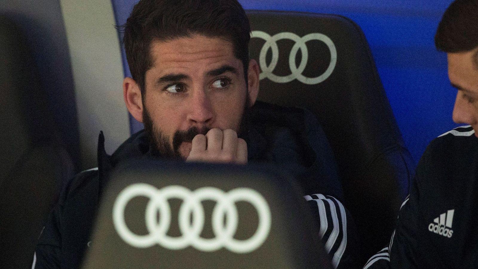 Foto: Isco se muerde las uñas en el banquillo del estadio Santiago Bernabéu. (Efe)