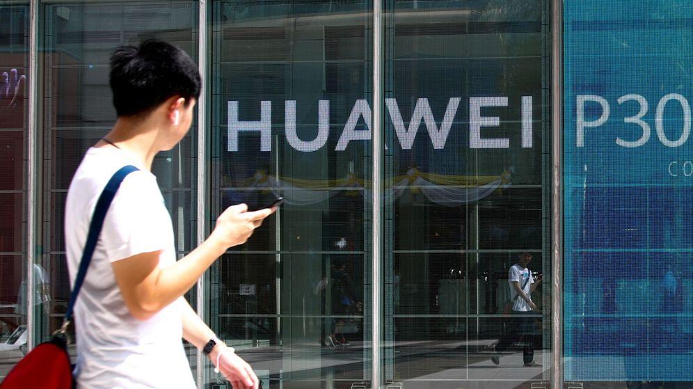 Foto: Un viandante pasa delante de un panel publicitario del nuevo móvil Huawei P30 en Tailandia. (EFE)