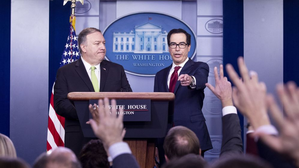Foto: Mike Pompeo y Steven Mnuchin en la rueda de prensa de este viernes. (Reuters)