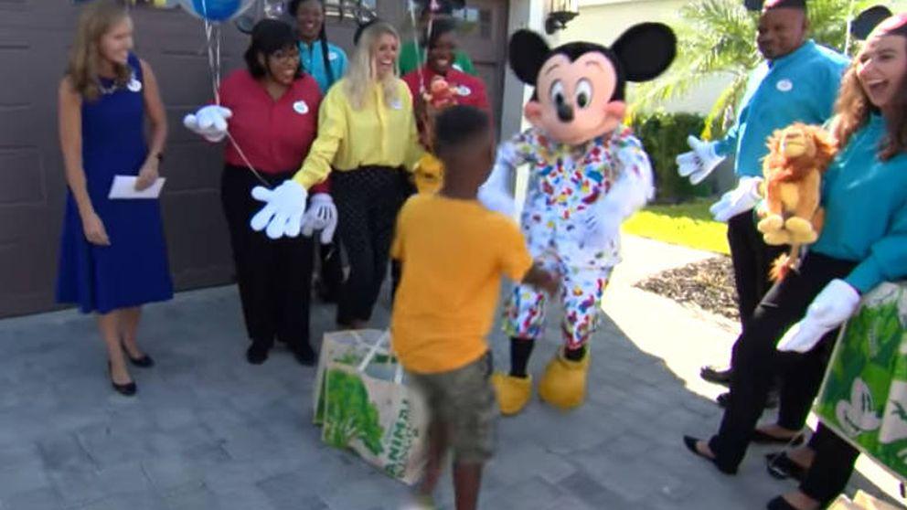 Un niño gasta sus ahorros en las víctimas del huracán Dorian y recibe el regalo de su vida