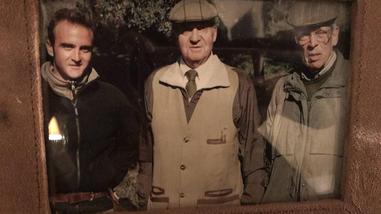 El rey Juan Carlos en una de las imágenes que decoran el salón de la casona. (Vanitatis)