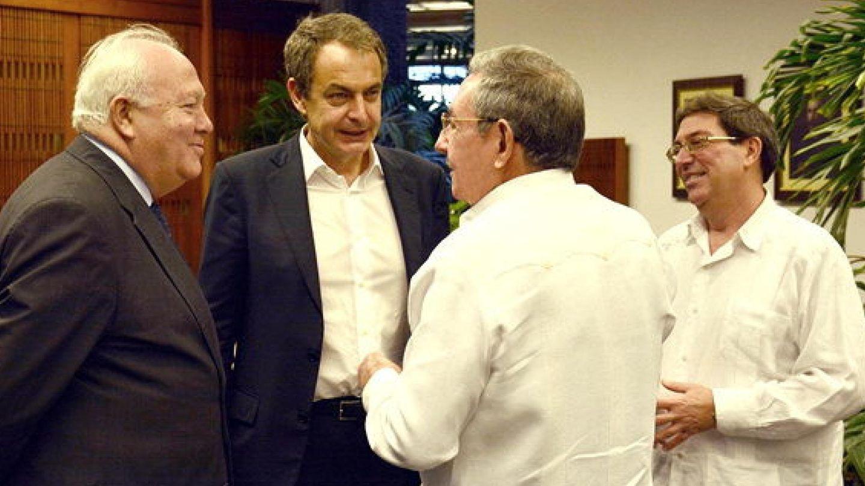 Zapatero y Moratinos, recibidos por Raúl Castro en La Habana en febrero de 2015. (EFE)