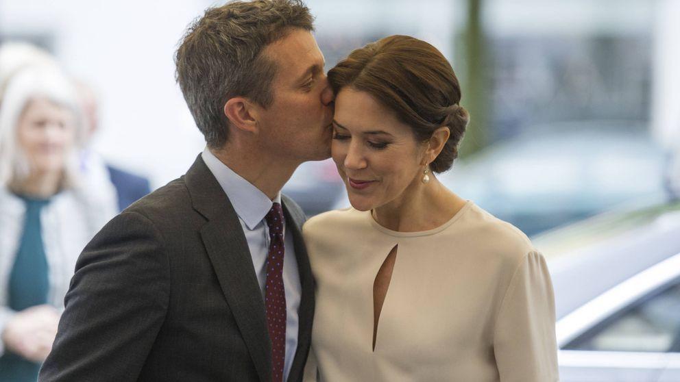 Federico y Mary de Dinamarca hacen manitas cuando nadie les ve