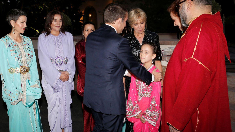 La princesa Lalla Khadija junto a sus padres saludando a Emmanuel Macron y Brigitte Trogneuxen 2017. (Reuters)
