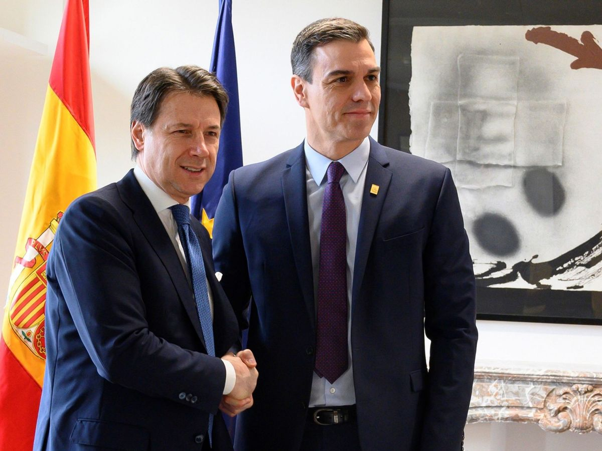 Foto: El presidente del Gobierno, Pedro Sánchez (d), saluda al primer ministro de Italia, Giuseppe Conte. (EFE)