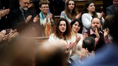 Ovación a Aina Vidal, diputada de En Comú Podem, que acude a votar pese a su enfermedad
