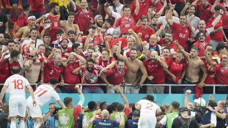 Los jugadores suizos celebran con la afición el pase a octavos. (EFE)