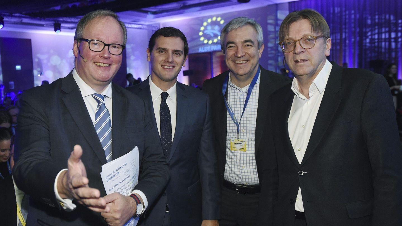 El líder de Ciudadanos, Albert Rivera (2i), el responsable económico de la formación, Luis Garicano (2d), el líder de los liberales europeos (ALDE), Guy Verhofstadt (d), y el presidente del partido Alianza de Liberales y Demócratas por Europa (ALDE Party), Hans van Baalen (i). (EFE)