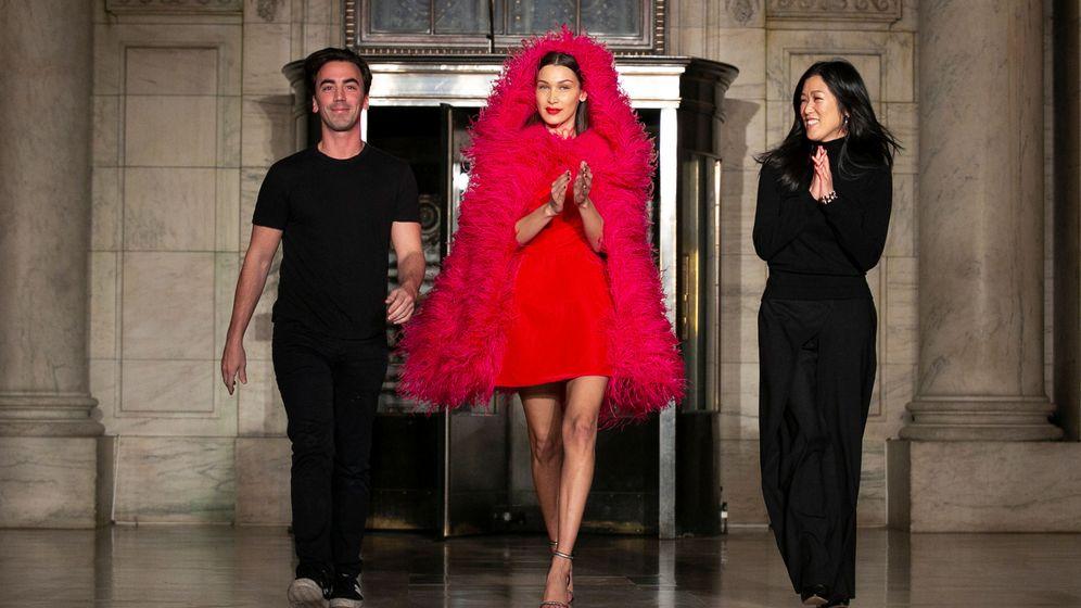 Foto: Laura Kim y Fernando Garcia, con Bella Hadid en el desfile de Oscar de la Renta. (Reuters)