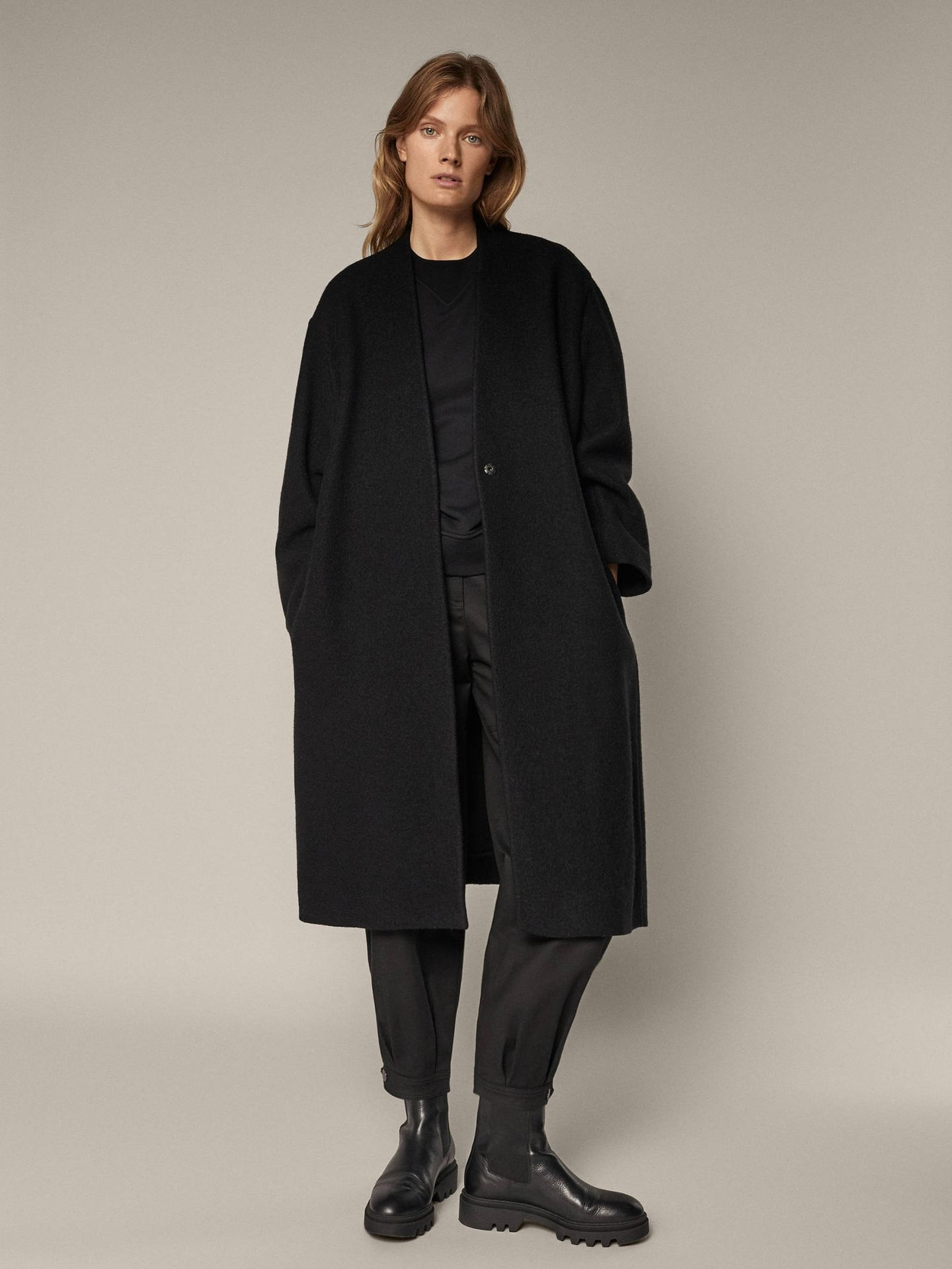 Este abrigo de Massimo Dutti es ideal para cualquier ocasión. (Cortesía)
