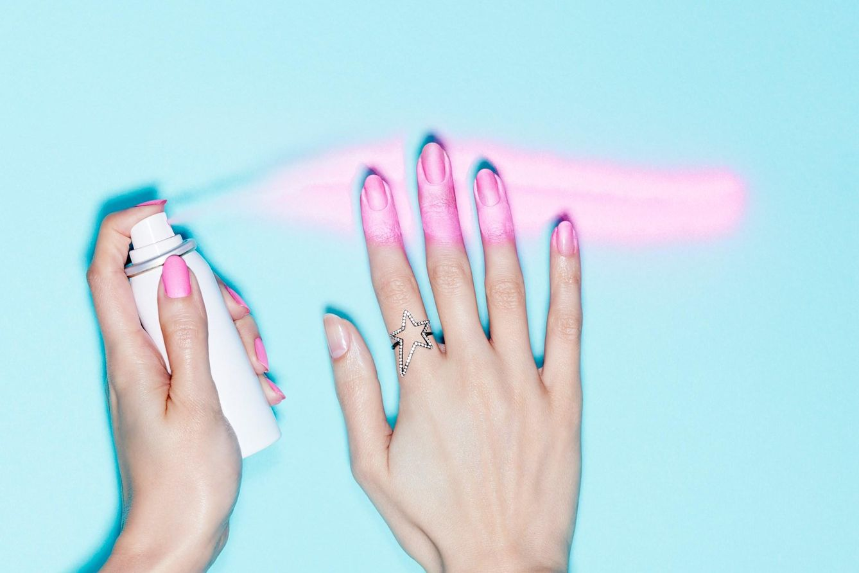 Laca de uñas en spray: el mejor invento de la Humanidad después de la rueda