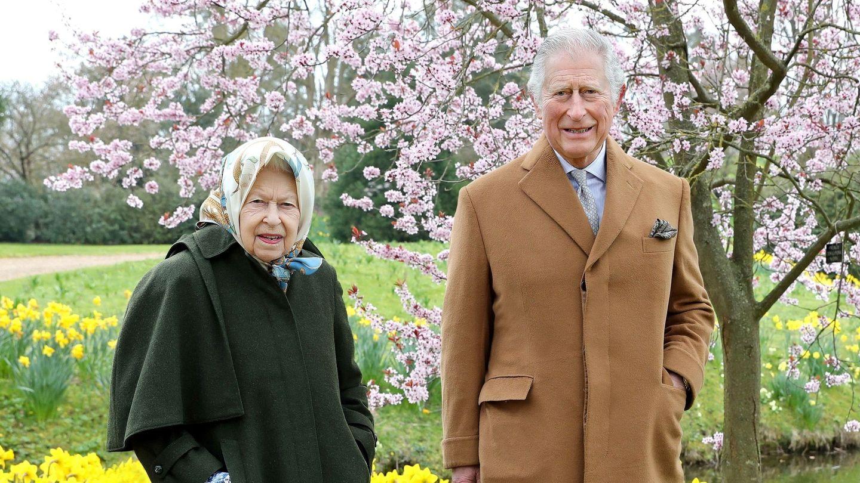 La reina Isabel y el príncipe Carlos, hace muy poco en Windsor. (Reuters)