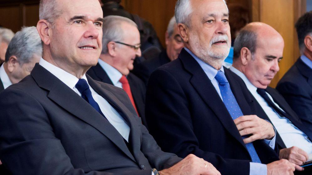 Foto: El expresidente del Gobierno andaluz socialista Antonio Griñán (d), junto al también expresidente Manuel Chaves (i), este lunes en el juicio de los ERE. (EFE)