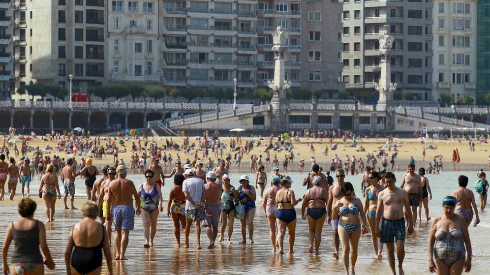 Foto: Los bañistas soportan en la playa la ola de calor en San Sebastián. (EFE)
