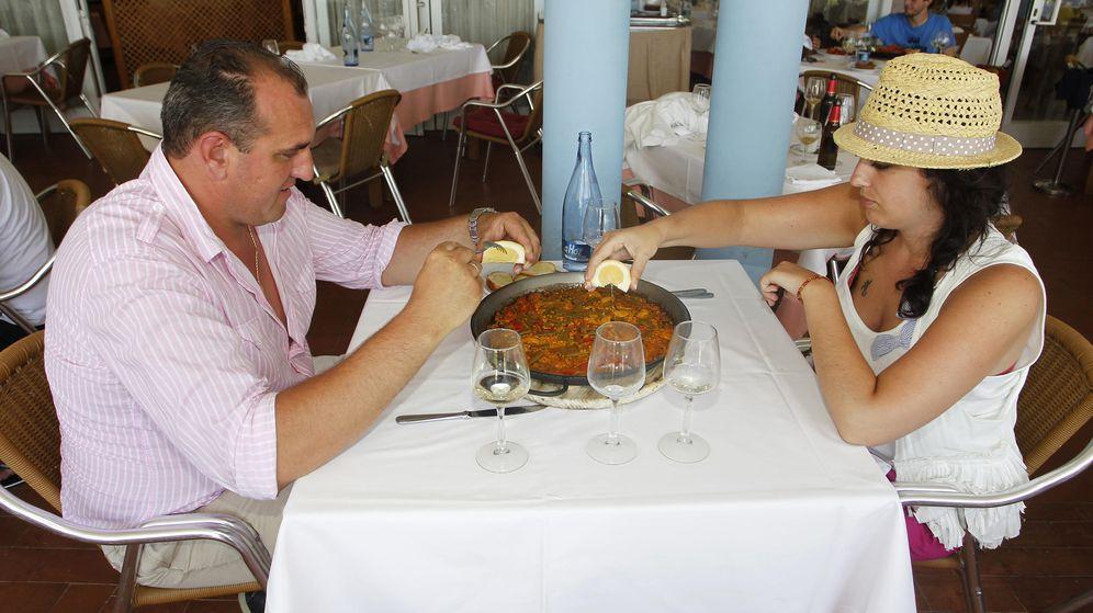 Foto: Tomar una paella en un chiringuito es un fantástico plan veraniego, pero no te va a ayudar a adelgazar. (Reuters)