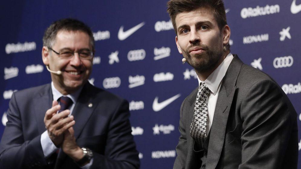 Foto: Piqué junto a Bartomeu durante el acto de presentación de su última renovación con el Barcelona. (Efe)