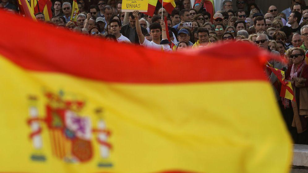 Foto: Una bandera española en una manifiestación en la plaza Colón de Madrid. (EFE)