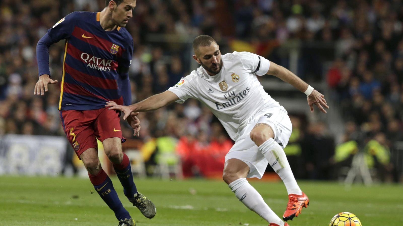 Foto: Benzema, tratando de superar a Busquets en el Clásico del sábado (Efe).